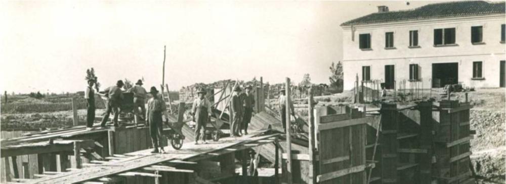 1926. Bacino Zuccarello. Lavori di costruzione dell'impianto idrovoro lato sud verso il Dese. Sullo sfondo la casa del custode