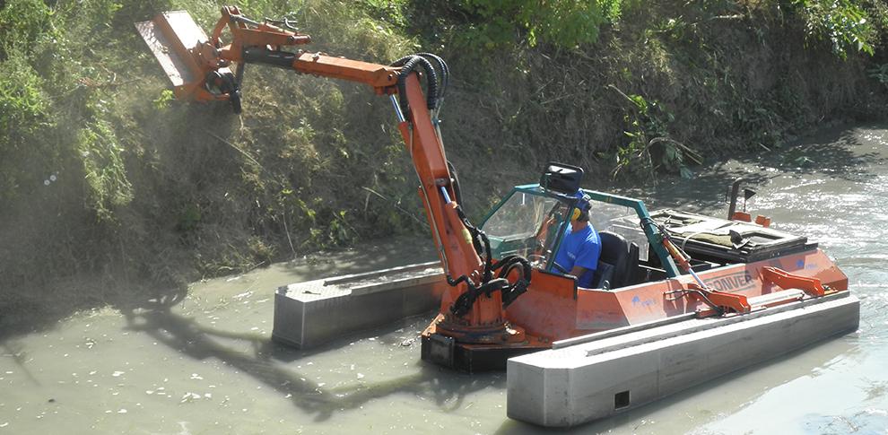 Uso di mezzi innovativi come il mezzo anfibio per la manutenzione dei canali, operante in appoggio sul fondo del canale